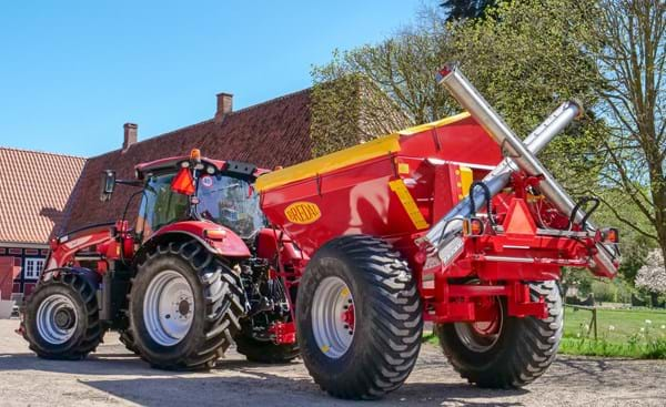 Bredal K65 with 6 meter auger for spreading powder lime